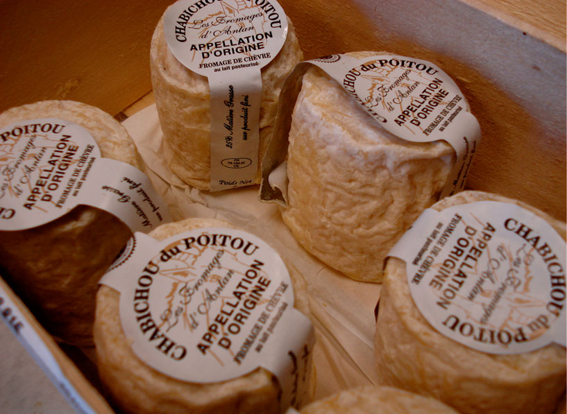 Awww, aren't they so cute, the little chabichou du Poitou  in their little wooden box?